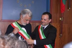 Scambio reciproco di fascia tricolore tra Renato Accorinti e Cateno De Luca